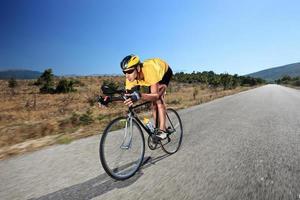 giovane ciclista in sella a una bicicletta su una strada aperta
