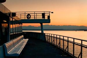 traghetto di Seattle e montagne olimpiche foto