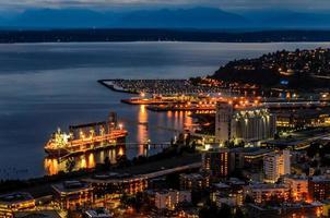 Seattle di notte dalla parte superiore dell'ago spaziale foto