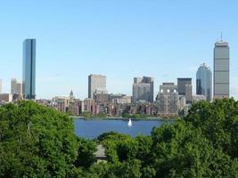 skyline di Boston e il fiume charles foto