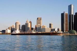 skyline della città e chiatta foto