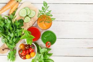 frullato di verdure fresche. pomodoro, cetriolo, carota