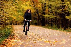 divertimento in bicicletta nel parco in autunno foto