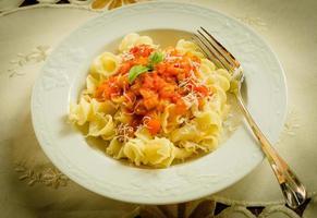 gigli con salsa di pomodoro e parmigiano foto