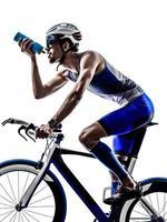 uomo triathlon iron man atleta ciclista andare in bicicletta bere foto