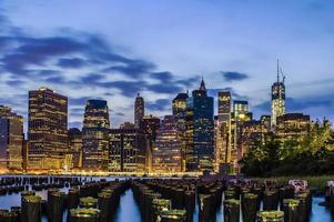 vista notturna di new york city foto