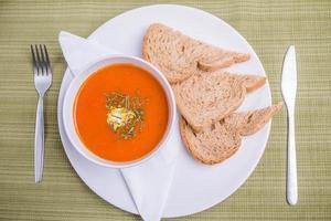 zuppa di pomodoro e pane foto