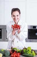 cuoco mostra piccoli pomodori foto