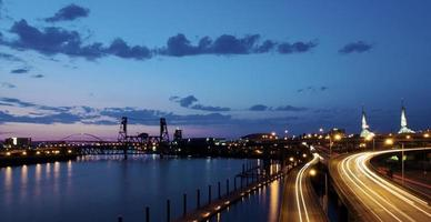 traffico al tramonto a Portland, Oregon