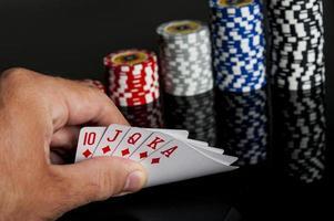 fiches da poker carte da gioco e dollari foto