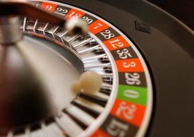 una roulette del casinò che è atterrato su 0 foto