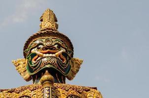 statua gigante a Wat Phra Kaew, Bangkok, Tailandia foto