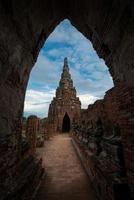 vecchio tempio, wat chai watthanaram ayuthaya, thailandia foto