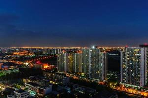Vista notturna della città di Bangkok foto
