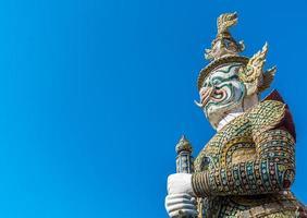 Statua gigante della guardia a Wat Pra Kaew Bangkok Tailandia foto