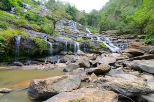 Mae ya waterfall nel parco nazionale di doi inthanon, chiang mai,
