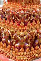 statua dei giganti sotto la pagoda foto