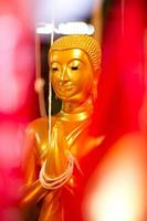 statua dorata del buddha tailandese. statua di Buddha in Tailandia foto