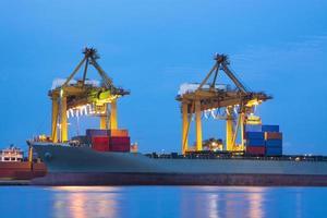 la nave da carico e la gru durante il lavoro
