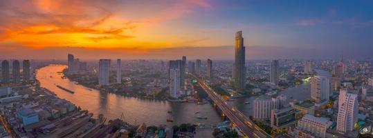 il cielo è esploso alla curva del fiume Chao Phraya foto