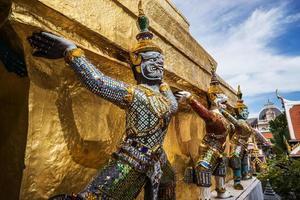 figura di mitologia, sta guardando il tempio nel grande palazzo foto