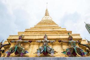 guardia della pagoda dorata foto