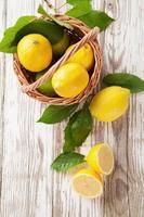 limoni freschi foto