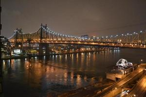 il ponte di queensboro di notte