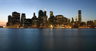 Skyline di Manhattan attraverso East River, New York, Stati Uniti d'America foto