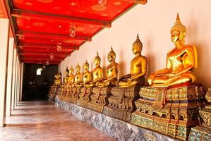 Buddha nel tempio di Wat Pho in sequenza