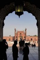 folla alla moschea di Lahore foto