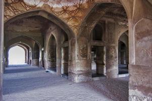 all'interno del masuoloum della regina noor-e-jehan, lahore