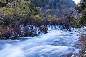 flusso nel parco nazionale di jiuzhaigou foto