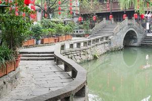 chengdu - ponte tradizionale jinli e lanterna cinese foto
