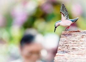 uccello di legno foto