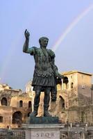statua dell'imperatore Giulio Cesare nell'arcobaleno di Roma foto