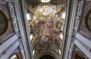affreschi di andrea pozzo sui soffitti di sant ignazio, roma, italia foto