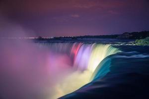 Niagara cade di notte con le luci