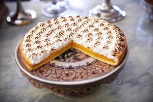 torta al limone con topping di meringa al forno foto