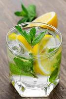 bevanda al coctail al limone. limonata in due bicchieri e limone con foto