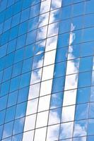 facciata del grattacielo con la riflessione del cielo foto