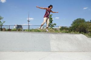 skateboarder sulla rampa di skate park foto