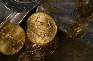 aquila americana in oro e monete d'argento in argento con lingotti d'argento foto