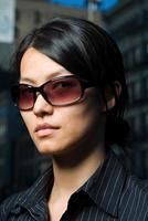 donna che indossa occhiali da sole foto