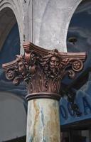 capitale della colonna in spiaggia di venezia foto
