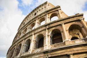 vista del Colosseo a Roma, Italia durante il giorno foto
