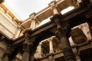 luce del sole su adalaj stepwell ad Ahmedabad