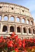 maestoso colosseo antico a roma contro il cielo blu, italia foto