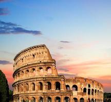 Colosseo al tramonto a Roma, Italia foto
