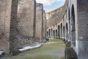 Interno del Colosseo romano, Roma, Italia foto